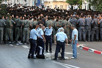 Security forces block haredim (Photo: Gil Yohanan)