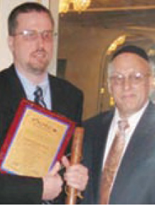Sgt. Tim Smith and JCCRP director Harvey Gordon Photo:5 Towns Jewish Times