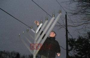 Brown lights the Chanukah Menorah in Wellesley, MA 2008 [Photo credit: Collive.com]