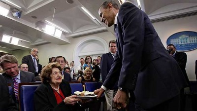 FILE - Veteran White House reporter Helen Thomas accepts cupcakes from U.S. President Barack Obama in August 2009, marking Thomas's 89th birthday and Obama's 48th.