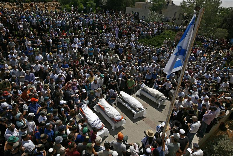 Mourners gather around the bodies of four Israelis killed in a shooting attack, during the funeral in the West Bank Jewish settlement of Beit Hagai near Hebron September 1, 2010. The four Israeli settlers were shot dead in the occupied West Bank on Tuesday in an attack that Islamist Palestinian group Hamas said was its first assault on Middle East peace talks due to start on Wednesday in Washington.  REUTERS/Baz Ratner