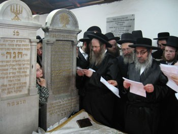 L-R: Rabbi Sholom Eliezer, 15th Avenue Satmar Rav; Yosef Weiss; and the Satmar Rebbe at the graves of the Kedushas Yom Tov and Rebbetzin Chana in the ohel.