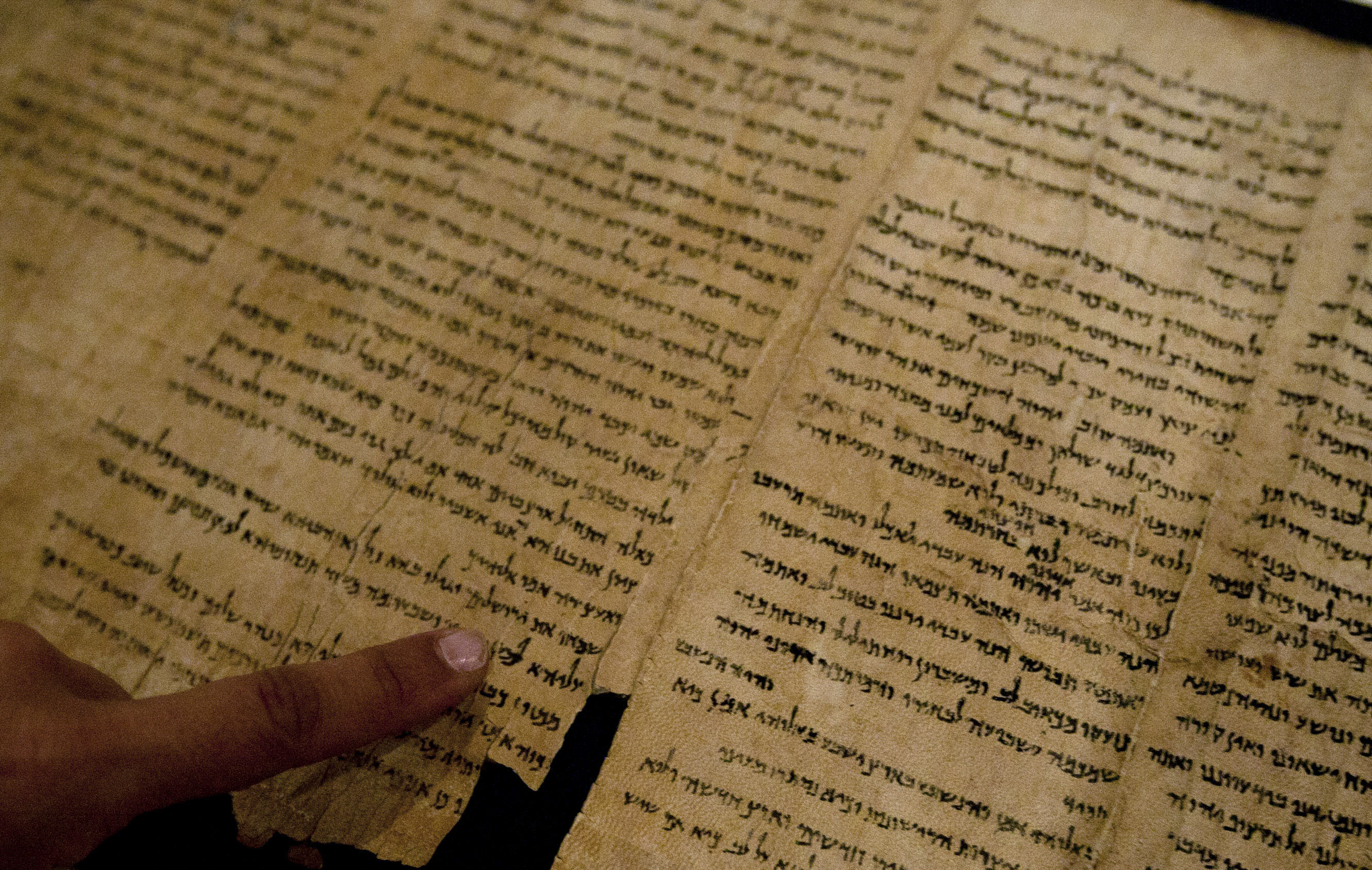 dead sea scroll Dead sea scrollsthe popular name given to a collection of ms material belonging originally to an ancient religious community living near the dead sea.