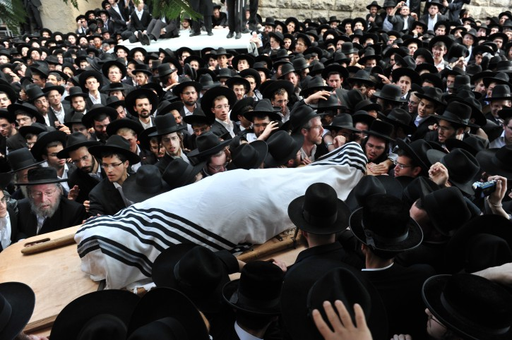 Rabbi Natan Tzvi Finkel, who headed the Mir yeshiva in Jerusalem, passed away at the age of 69-years-old.  Thousands of people participated in the funeral today, Nov 8 2011. Photo by Flash90.