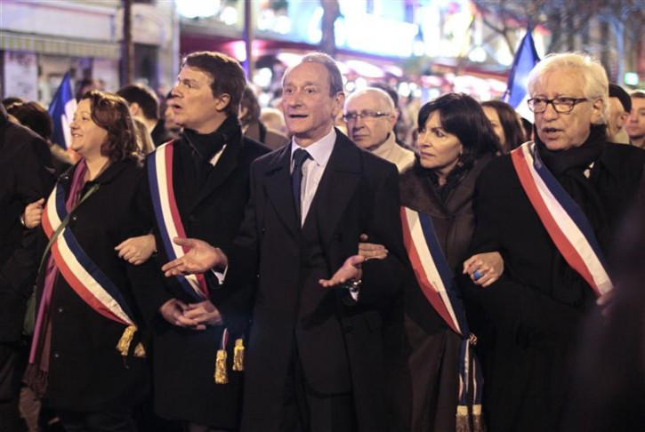Paris Mayor Bertrand Delanoe (C) and deputy mayor Anne Hidalgo (2ndR) attend a silent march in Paris March 19, 2012 to pay tribute to the four victims killed by a gunman at a Jewish school in Toulouse on Monday. A gunman on a motorbike shot dead at least four people, including three children, outside Ozar Hatorah on Monday, just days after three soldiers were killed in similar shootings in the same area of southwest France.  REUTERS/Charles Platiau