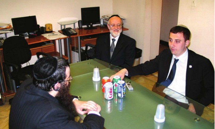 Sen. David Storobin talks to Hamodia Editor Yochenen Donn, announcing his candidacy, while Nachmen Caller listens in on Jun 12 2012. Photo: Hamodia
