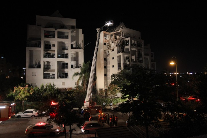 View of an apartment building in the central Israeli city of Rishon le Tzion, which was damaged when a rocket fired from gaza struck it earlier this evening. November 20, 2012. Photo by miriam Alster/FLASH90