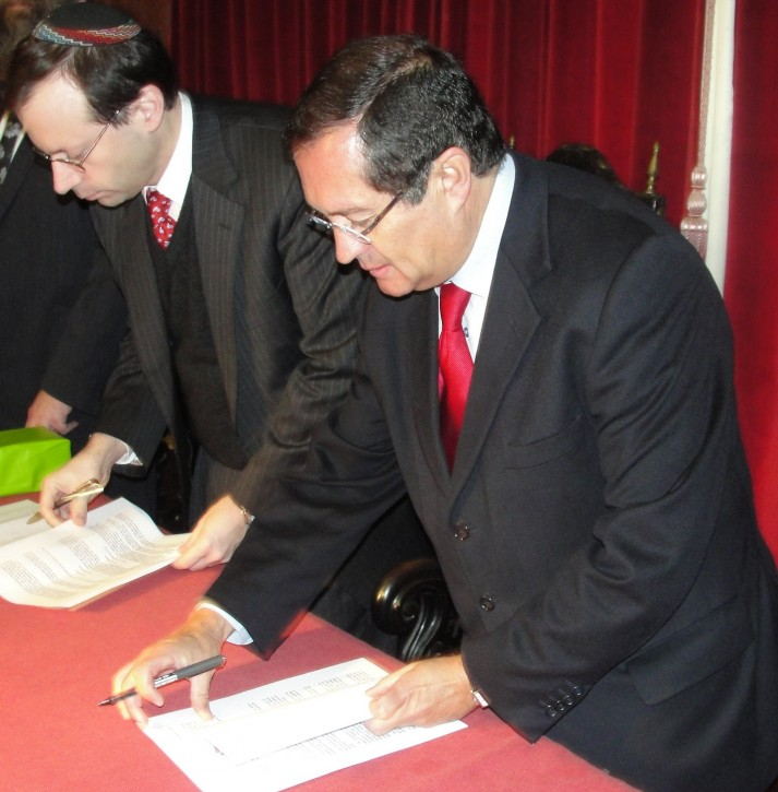 Nov. 19 2012 (L-R) Shavei Israel Chairman Michael Freund and Mayor Júlio José Saraiva Sarmento sign a formal agreement to open the first-ever Jewish Cultural Center in Portugal. Photo Credit: Rabbi Elisa Salas, courtesy of Shavei Israel