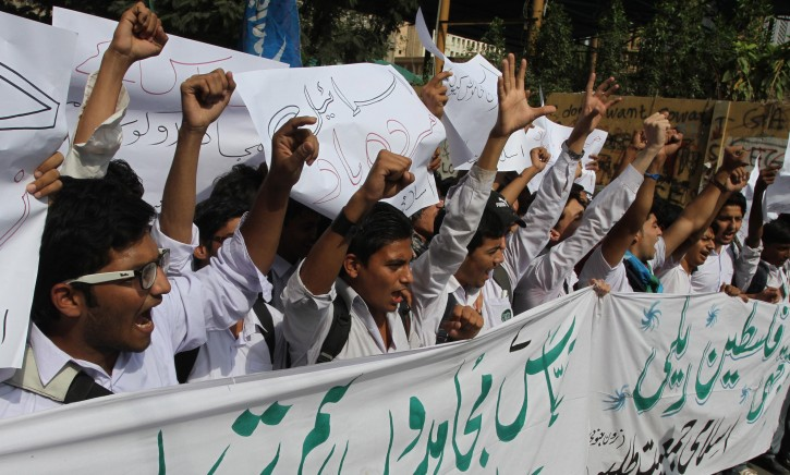 Supporters of Islami Jamiat-e-Tulba shout slogans during a protest against Israeli airstrikes on Gaza, in Karachi, Pakistan, 19 November 2012.  EPA/REHAN KHAN