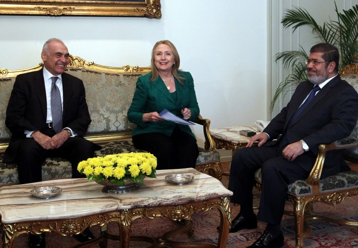 Egyptian President Mohamed Morsi (R) meets with US Secretary of State Hillary Rodham Clinton (C), in the presence of Egyptian Foreign Minister Mohammed Kamel Amr (L), in Cairo, Egypt, 21 November 2012. EPA/KHALED ELFIQI