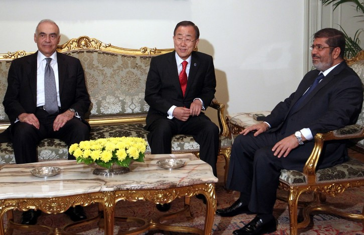Egyptian President Mohamed Morsi (R) meets with United Nations (UN) Secretary General Ban Ki-moon (C) in the presence of Egyptian Foreign Minister Mohammed Kamel Amr (L), in Cairo, Egypt, 21 November 2012. Ban is in the Middle East to try to end the Israeli - Palestinian hostilities in the Gaza strip, after almost one week of intensive fighting.  EPA/KHALED ELFIQI