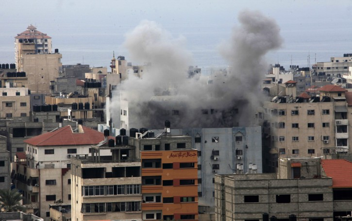 Smoke rises from Hamas compound after an Israeli air strike in the east of Gaza City, 21 November 2012. EPA/MOHAMMED SABER