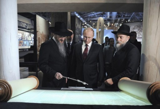 FILE - Russian President Vladimir Putin (C) listens to Russia's Chief Rabbi Berel Lazar (L) during his visit to the Jewish Museum and Tolerance Centre in Moscow February 19, 2013.  REUTERS/Alexsey Druginyn/RIA Novosti/Poo