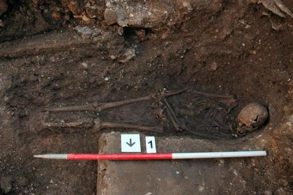 The skeleton of Richard III in a trench at the Grey Friars excavation site in Leicester. <br /> REUTERS/University of Leicester