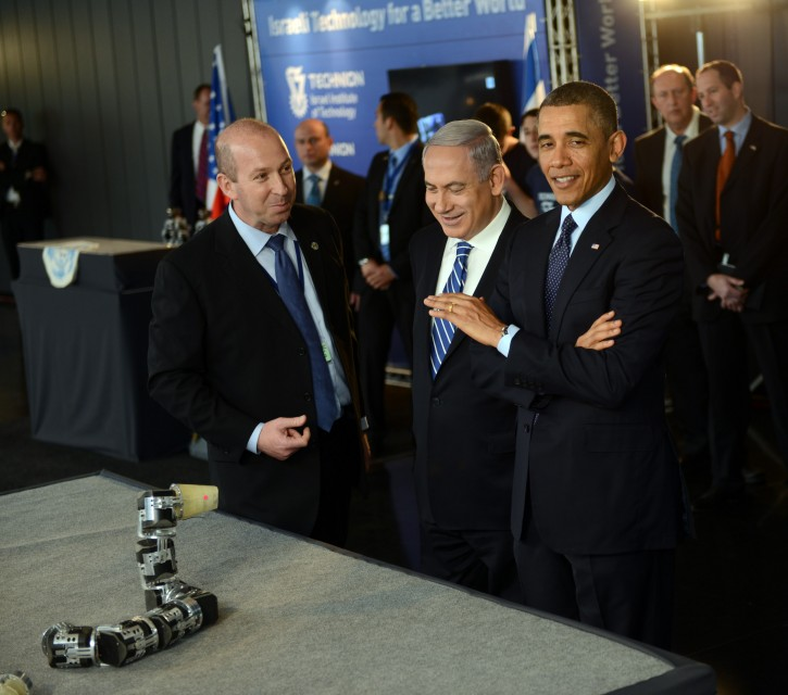 US President Barack Obama (R) and Israeli Prime Minister Benjamin Netanyahu (C) examine a robotic snake used in search and rescue at an Israeli technology exhibition at the Israel Museum in Jerusalem, Israel, 21 March 2013. EPA/DEBBIE HILL / POOL