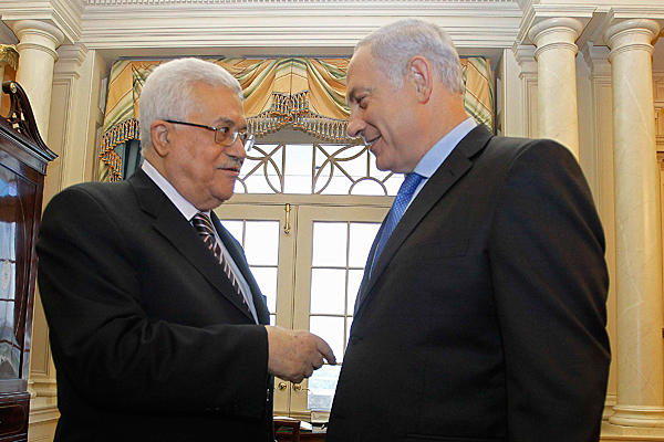 File photo of Israel's Prime Minister Benjamin Netanyahu (r.) speaks with Palestinian President Mahmoud Abbas.<br /> Jason Reed/Reuters