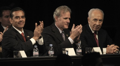 FILE - 1 Israeli President Shimon Peres (R) is applauded by Los Angeles Mayor Antonio Villaraigosa (L) and Israeli Ambassador to the US Michael Oren (C) during an event with members of the Jewish community of Los Angeles at the Beverly Hilton in Beverly Hills, California, USA, 08 March 2012.  EPA