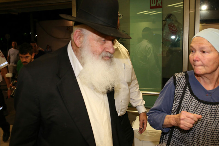Rabbi Zohar arrives at the hospital a day before Arik Died