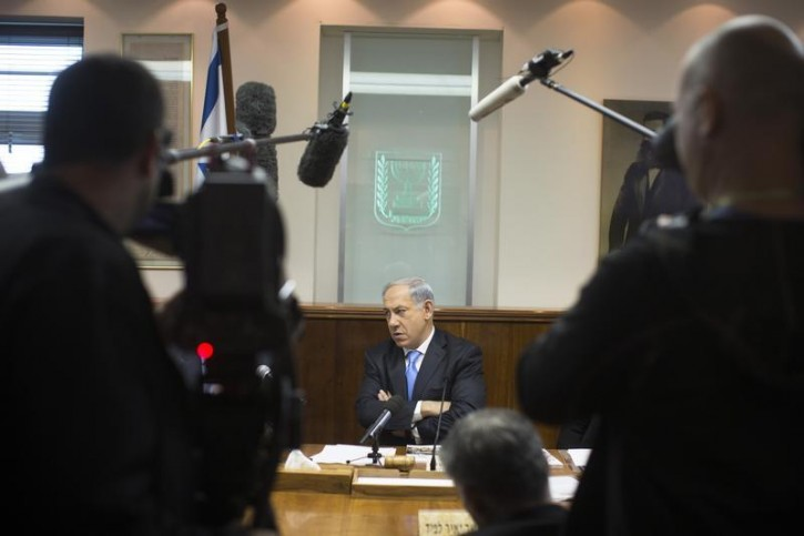 Israel's Prime Minister Benjamin Netanyahu (C) attends the weekly cabinet meeting in Jerusalem December 8, 2013. REUTERS/Uriel Sinai/Pool