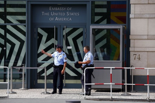 Security officers stand outside the U.S. Embassy in Berlin July 10, 2014.  REUTERS/Thomas Peter