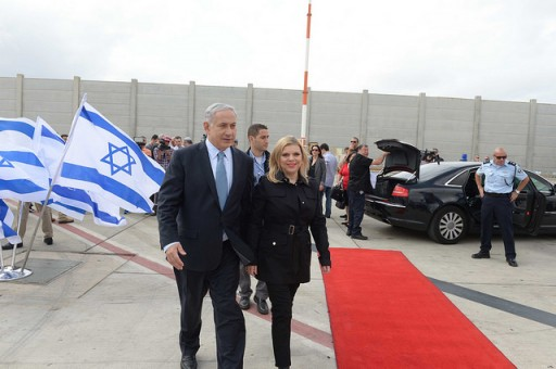 Prime Minister Benjamin Netanyahu and his wife Sara upon their departure for the US, September 28, 2014. Photo: Avi Ohayon, GPO