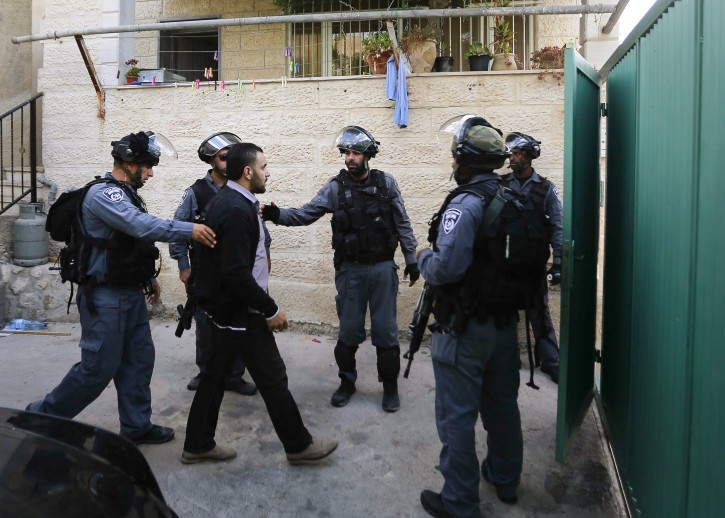 Israeli border police argue with Palestinian men at the site where more than two dozen Jewish under heavy police escort moved into six homes purchased by a Jewish investment company in the Silwan Valley, East Jerusalem, including the City of David complex. September 30, 2014. Photo by Sliman Khader/FLASH90
