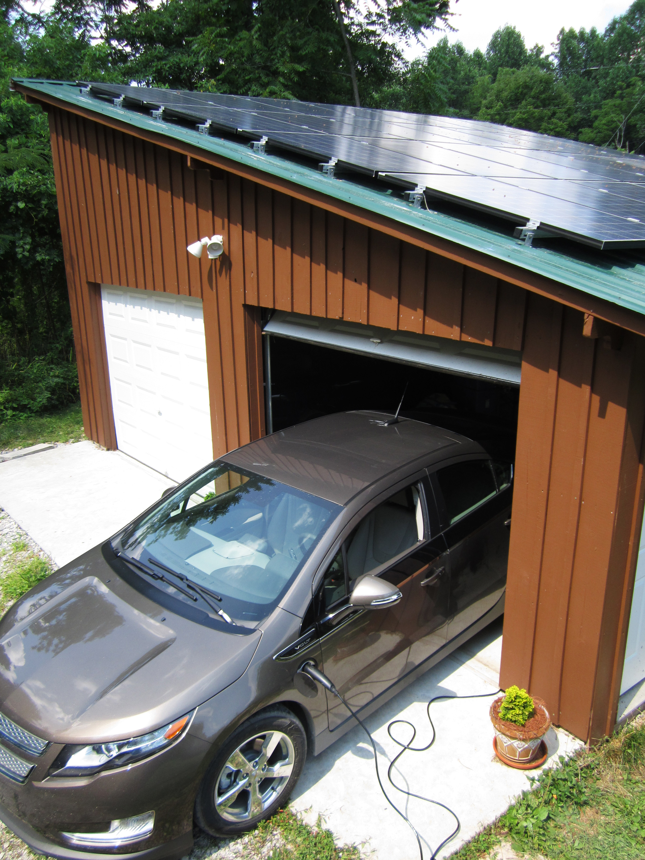 Detroit electric car drivers trading gas for solar power for Garage energy automobiles