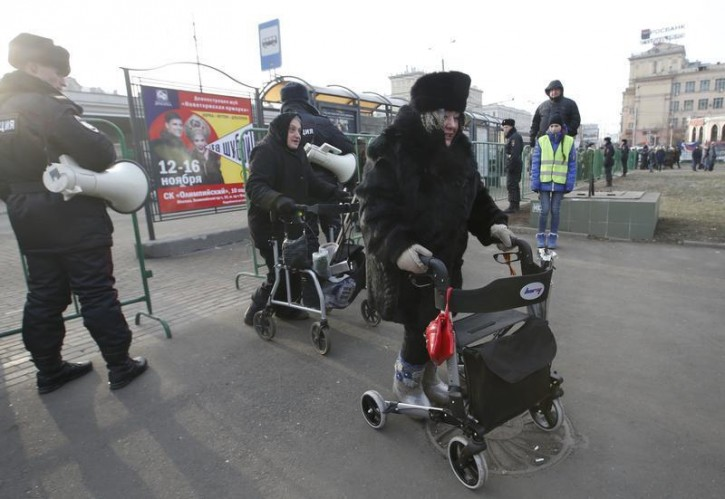 Activists arrive at a protest site in support of Russian doctors and patients against reforms to the healthcare system in Moscow November 30, 2014. Protesters opposed low wages of Moscow's doctors and the plan to optimize the healthcare system, according to local media. REUTERS/Sergei Karpukhin