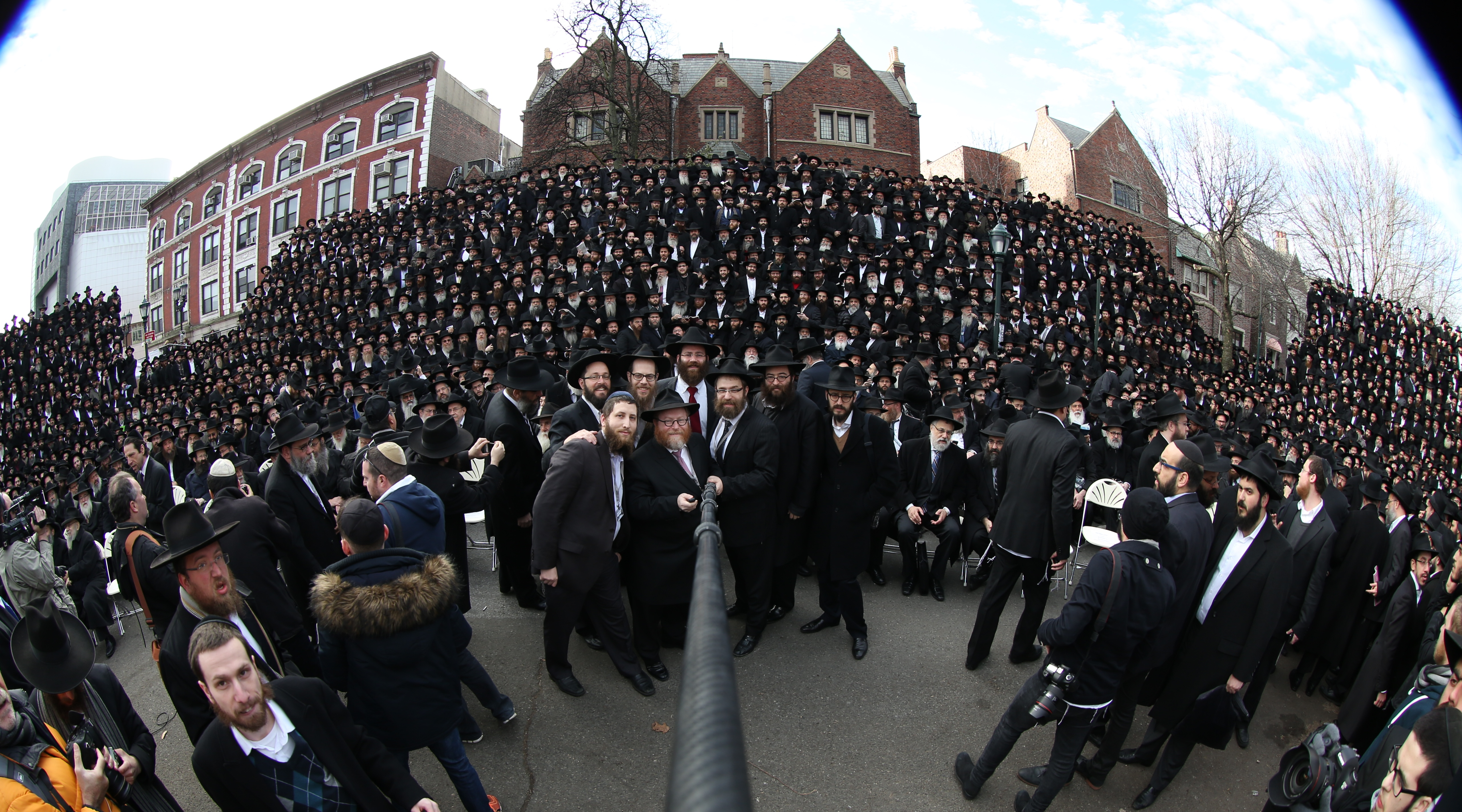 brooklyn ny chabad lubavitch rabbis claim title to world s largest selfie. Black Bedroom Furniture Sets. Home Design Ideas