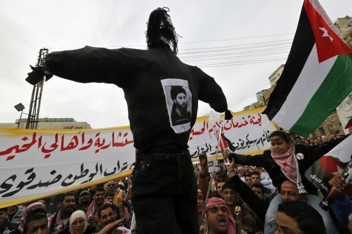 Jordanian protesters carry an effigy of leader of the militant Islamic State Abu Bakr al-Baghdadi, during a march after Friday prayers in downtown Amman February 6, 2015.  REUTERS/Muhammad Hamed