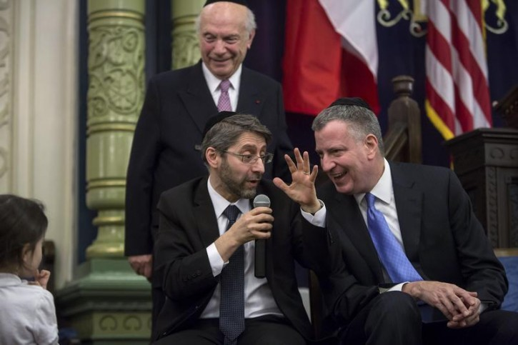 New York Mayor Bill de Blasio (R) and Rabbi Haim Korsia, Chief Rabbi of France, interact during a visit to Park East Synagogue in New York February 19, 2015. REUTERS/Eric Thayer