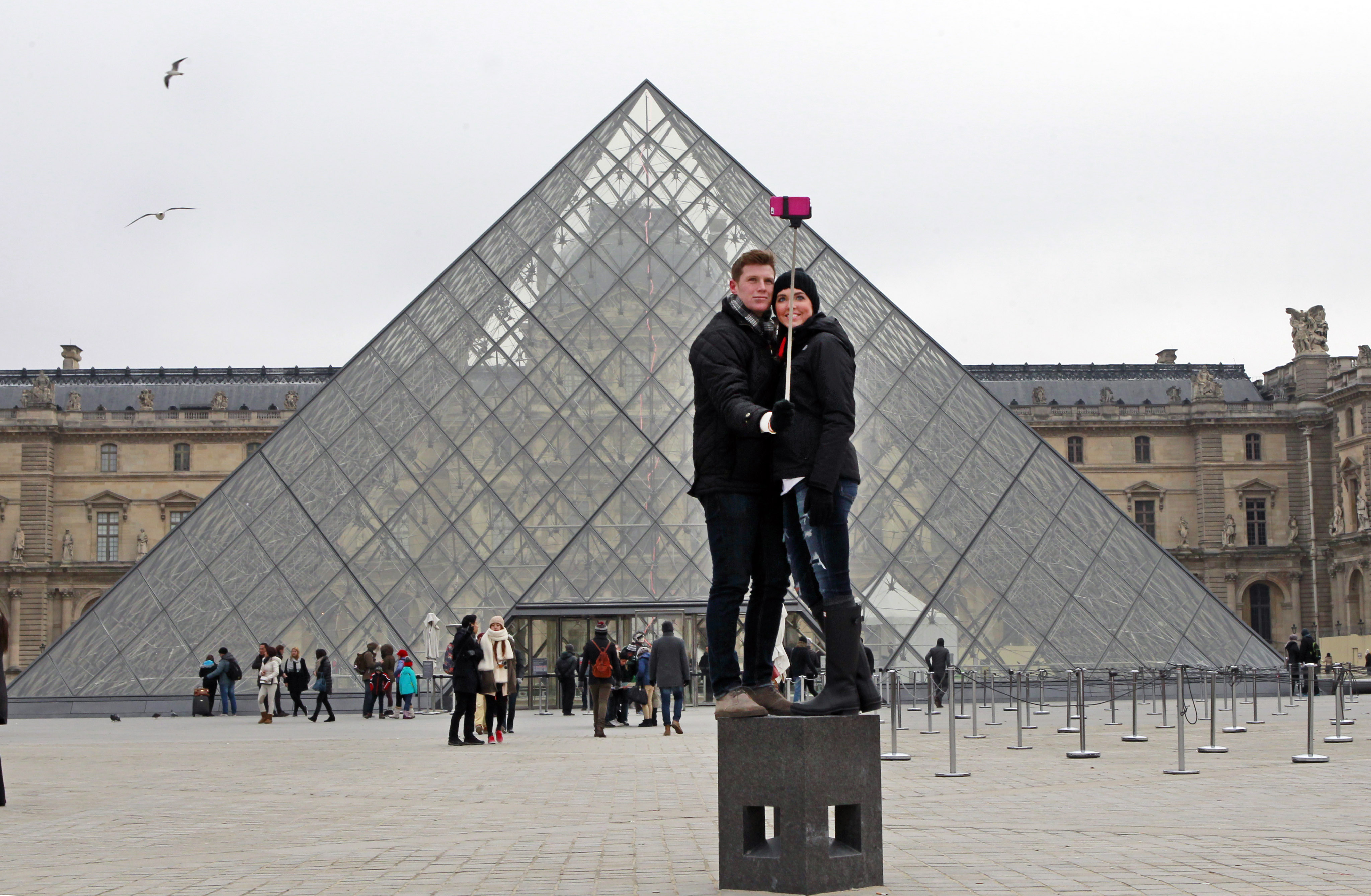 paris french uk attractions join growing ban on selfie sticks