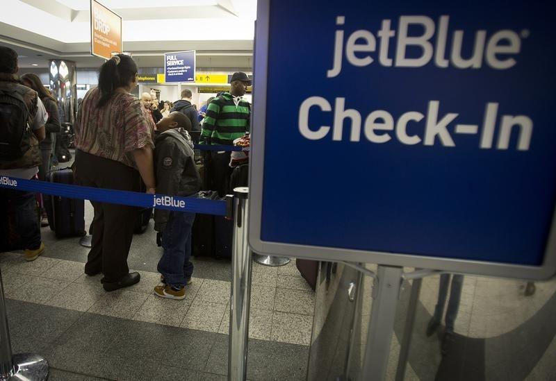 File  People wait in line at the JetBlue counter at La Guardia airport in  New 5b29adbd6478c