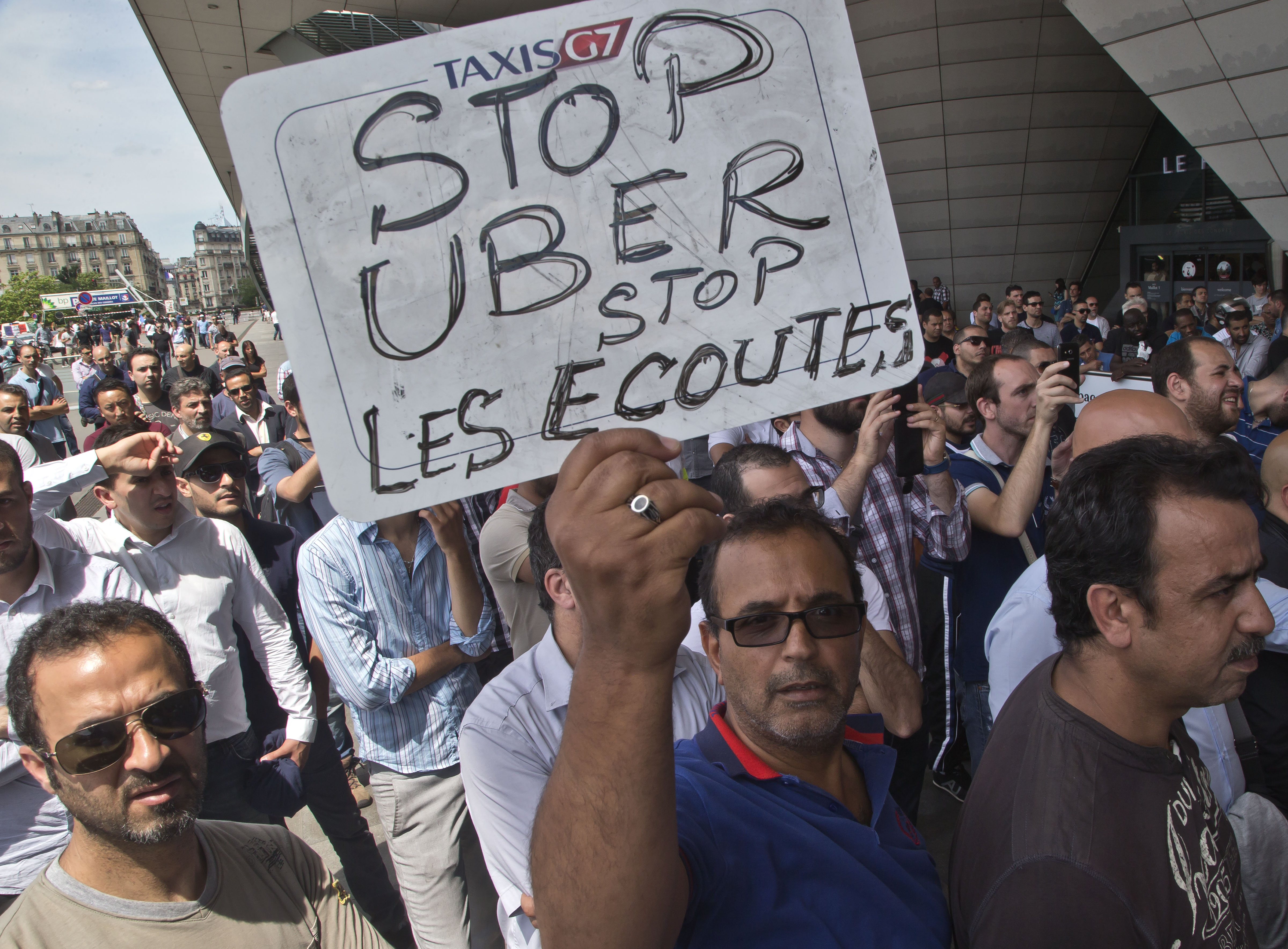 paris french taxi drivers smash cars in strike against uber. Black Bedroom Furniture Sets. Home Design Ideas