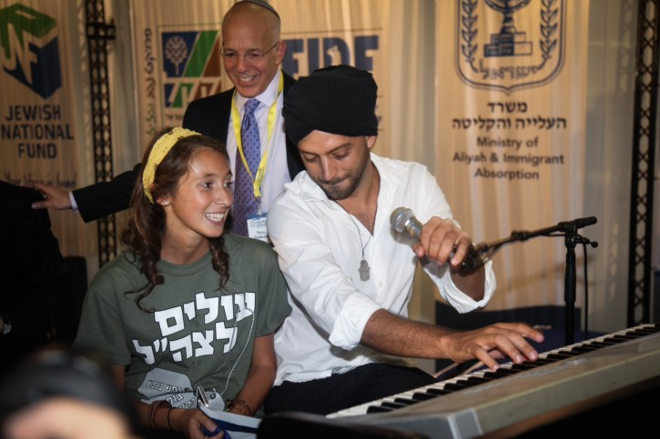 Israeli musician Idan Reichel greets newcomers to Israel with a performance at the Ben Gurion Airport. About 59 young Jews seen upon their landing at Tel Aviv Ben Gurion Airport, as they immigrate to Israel to enlist in the IDF, on August 18, 2015. The lone soldiers to-be are among over 200 new immigrants to Israel that landed today. Photo by Flash90