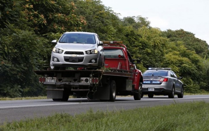 A getaway car of suspected gunman Vester L. Flanagan is towed away on a flatbed tow truck on highway I-66 in Fauquier County, Virginia August 26, 2015. Two television journalists were shot and killed in Virginia on Wednesday in an attack during a live early-morning broadcast, and authorities said the suspected gunman Flanagan was a former employee of the TV station. Flanagan shot and wounded himself several hours later as police pursued him on the Virginia highway, police said.  REUTERS/Kevin Lamarque
