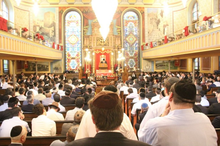Crowds attend the funeral inside the Bialystoker Synagogue on Sept 9, 2015. (Shimon Gifter/VINnews.com)