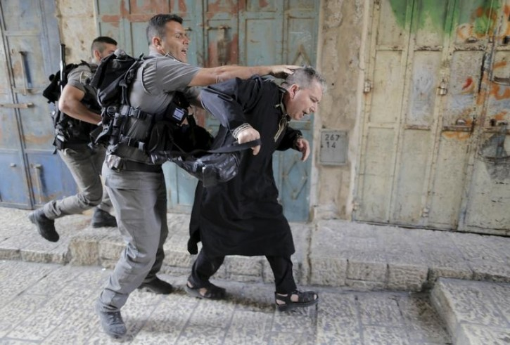 Israeli border police officers detain a Palestinian protester in Jerusalem's Old City,September 14, 2015.  Reuters
