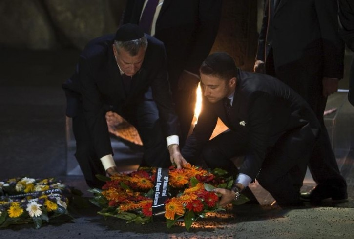New York City Mayor Bill de Blasio (L) lays a wreath during a ceremony in the Hall of Remembrance at Yad Vashem Holocaust Memorial in Jerusalem October 18, 2015. REUTERS/Nir Elias