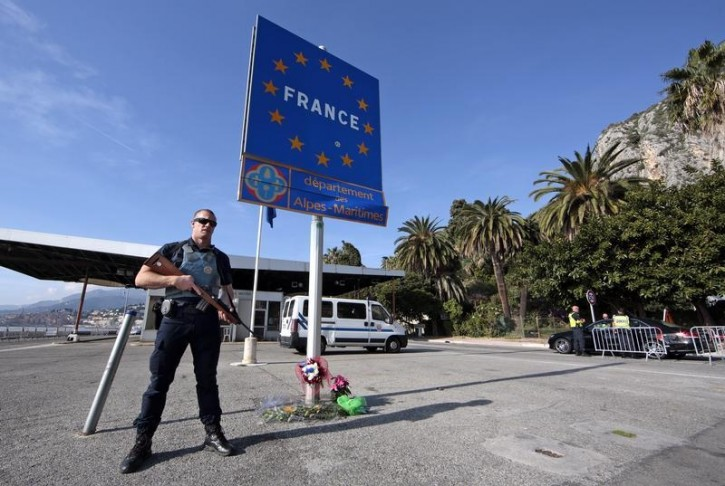 An armed French police officer stands guard at the Franco-Italian border to check vehicles and verify the identity of travellers in Menton, France, November 15, 2015, after a series of deadly attacks in Paris on Friday.   REUTERS/Eric Gaillard