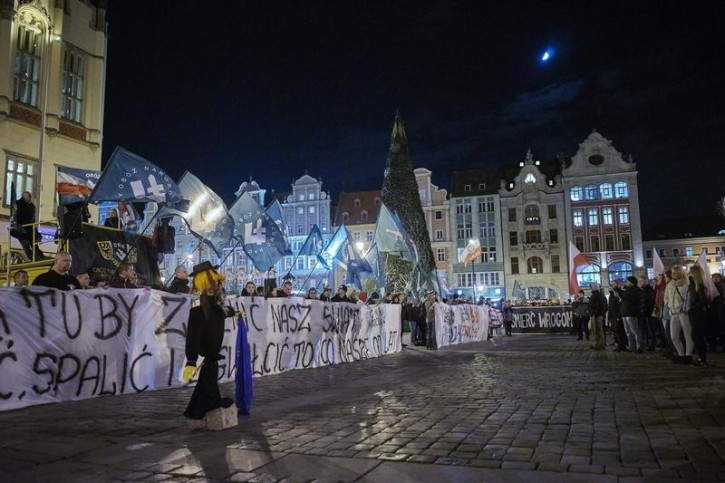 Supporters of the National-Radical Camp (ONR) and the All-Polish Youth demonstrate against the refugees in Wroclaw, Poland November 18, 2015. REUTERS/Wojciech Nekanda Trepka/Agencja Gazeta