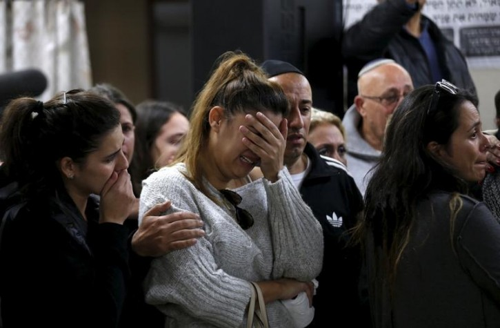 Friends and relatives mourn during the funeral of Ofer Ben Ari, 46, who was killed by Israeli police gunfire aimed at two Palestinian stabbers on Wednesday, in Jerusalem December 24, 2015.  REUTERS/Baz Ratner