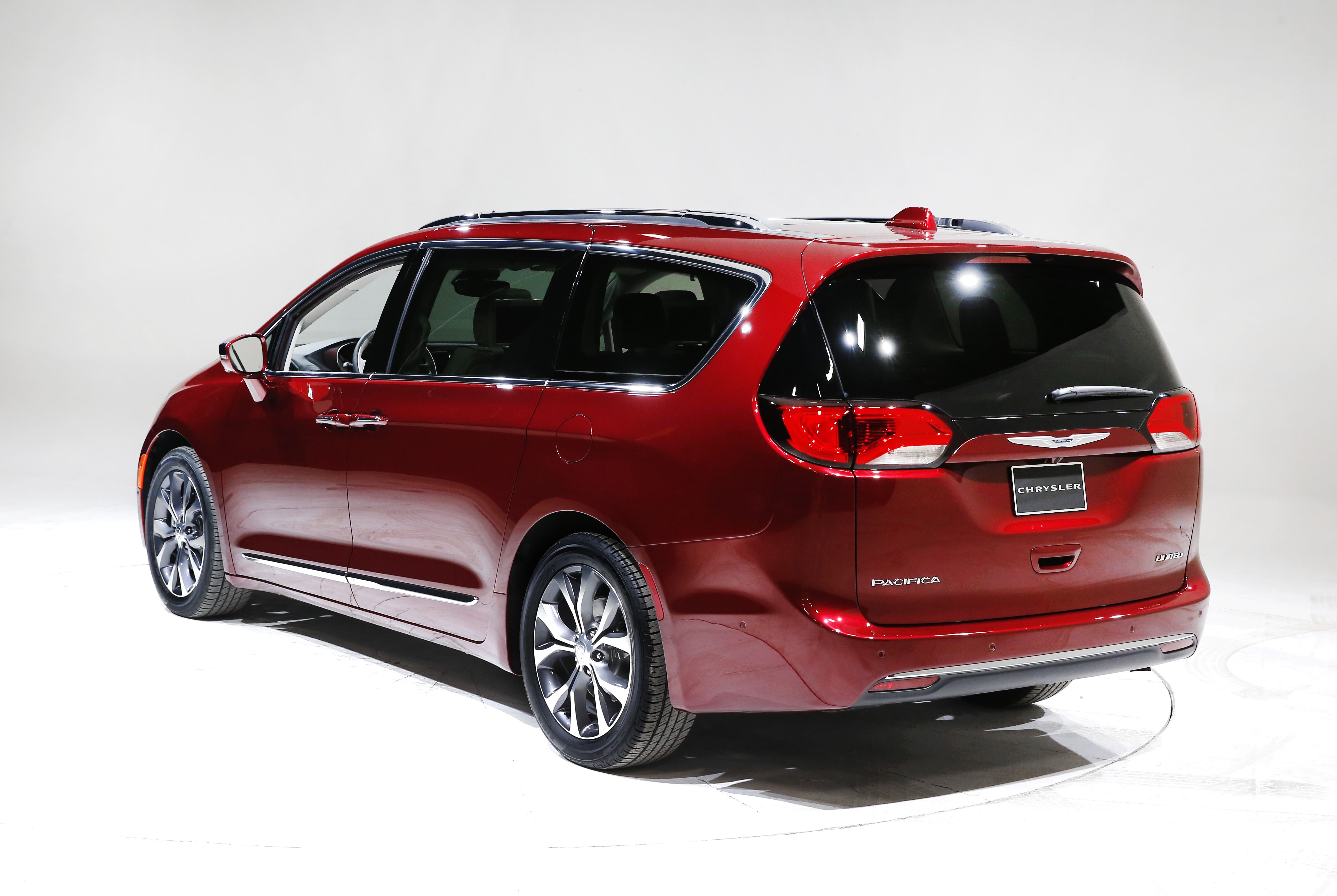detroit with suv look tech touches chrysler aims to revive minivan. Black Bedroom Furniture Sets. Home Design Ideas
