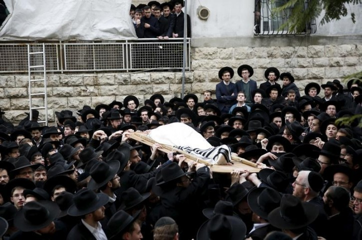Ultra-Orthodox Jewish men hold the body of Rabbi Raphael Shmuelevich, head of the Mir Yeshiva (Jewish seminary), who died on Monday at the age of 78, during his funeral in Jerusalem's Mea Shearim neighbourhood January 19, 2016. REUTERS/Ronen Zvulun