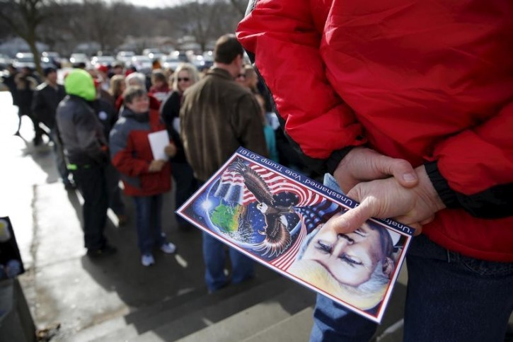 Supporters line up to see U.S. Republican presidential candidate Donald Trump speak at a campaign rally in Council Bluffs, Iowa, January 31, 2016. REUTERS/Scott Morgan