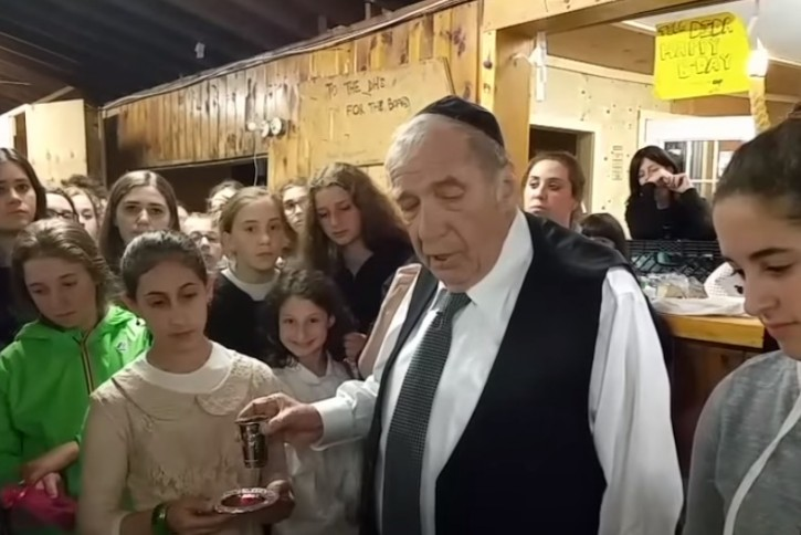 Image grab from video in Camp Sternberg with Rabbi Ronnie Greenwald July 4, 2015(Shabbat.com / Havdalah.com )
