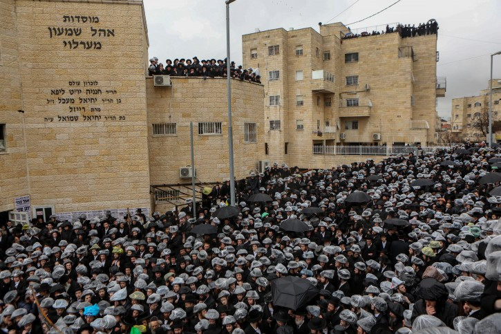 Thousand attend to the funeral of the Rabbi of Erlau (Rabbi Yochanan Sofer) Ezrat Torah neighborhood, Jerusalem on February 22, 2016, Rabbi Yochanan Sofer died tonight aged 92 in a hospital in Jerusalem. Photo by Flash90