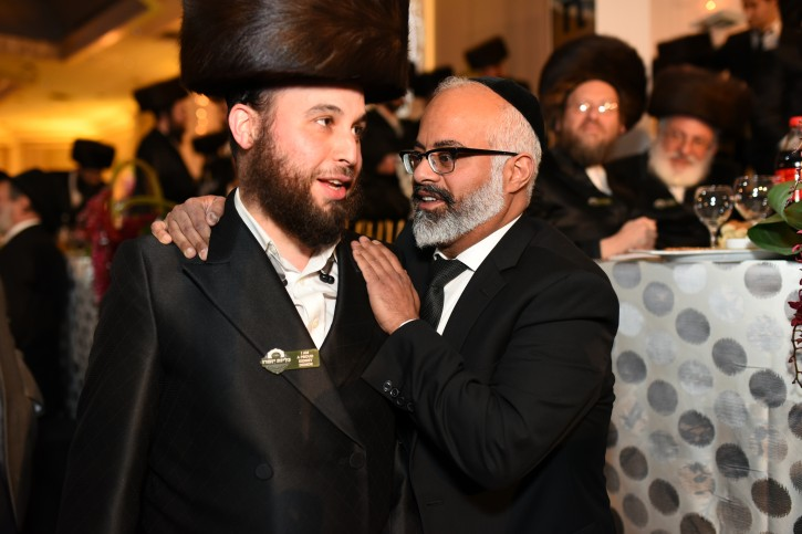 (L) Donor Yoel Grunfeld, from Monsey NY meets for the first time with his recipient Mosh Hakohen from Brooklyn<br />