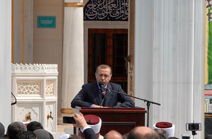 Turkish President Tayyip Erdogan speaks during a dedication ceremony for an Islamic mosque in Lanham, Maryland, April 2, 2016.  Erdogan reaffirmed his country's willingness to cooperate with other countries in the fight against terrorism.  REUTERS/Thomas Ramstack -