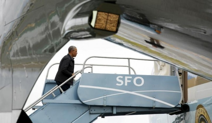 U.S. President Barack Obama boards Air Force One upon his departure from San Francisco, April 9, 2016.    REUTERS/Kevin Lamarque